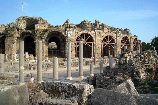 Blick auf antikes Theater in Side-Hotels in Side günstig buchen