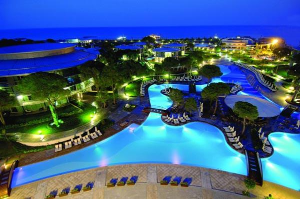 Außenpoolanlage des Hotels Calista Luxury Resort