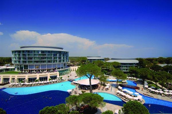 Außenpoolanlage des Hotels Calista Luxury Resort mit Liegestühlen und Sonnenschirmen