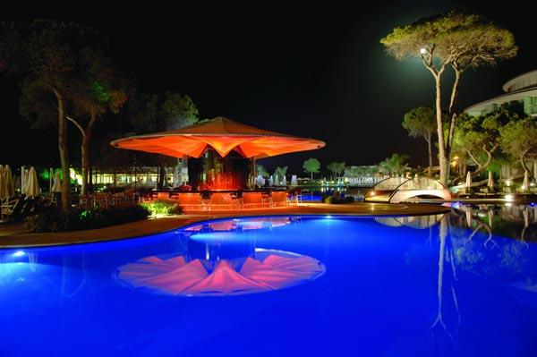 Beleuchtete Poolanlage des Hotels Calista Luxury Resort in Belek