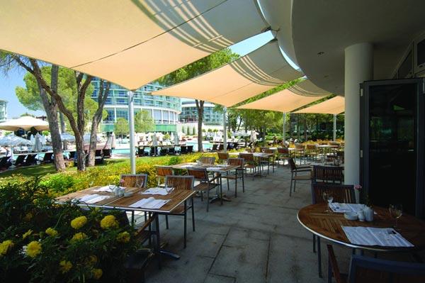 Speisemöglichkeiten auch im Außenbereich des Hotels Calista Luxury Resort in Belek